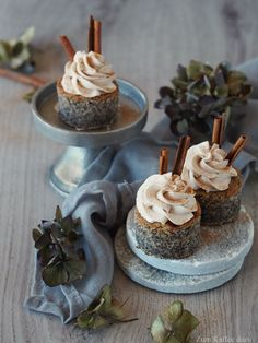Seasonal independence or poppy seed tarts with plum and cinnamon mousse - with coffee - Poppy seed tartlet with plum and cinnamon mousse – Fluffy poppy seed cake with plum jam and super - Mini Desserts, Lemon Desserts, Holiday Desserts, No Bake Desserts, Cupcakes, Poppy Seed Cake, Cool Wedding Cakes, Pastry Recipes, Cake Recipes