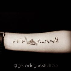 A gente ama tatuagem e ama São Paulo, então o que fazemos? Marcamoselementos da cidade na pele, oras! Os sampa-lovers carregam um pedacinho dessametrópole maluca através de tattoos cheias de personalidade, que não só mostram suaterra natal ou do coração, como também expressam o seu amor eterno. Enquanto os paulistanos reclamam do trânsito, da violência, da poluição, e todas asmazelas de se viver numa grande cidade como esta, eles também morrem de amores peloo que há de bom, o movimento…