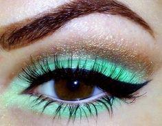 Laat je ogen knallen door deze mint groene oogmakeup met bruin / gouden basis en zwarte eyeliner.