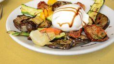 Grigliata di verdure con mozzarella e aceto balsamico, piatto unico vegetariano