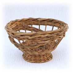 Плетеная из бумажной лозы корзинка. С каждой стороны она выглядит по разному, благодаря фантазийному узору плетения. В этом её прелесть и