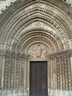 História da Arte: Arte Românica: Arquitetura - A arquitetura Românica sofreu influências das construções dos antigos romanos. Suas principais características são: - as abóbadas das basílicas - os pilares fortes e maciços - as paredes espessas com pequenas aberturas funcionando como janelas - e as torres e os arcos.