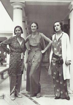 Schiaparelli (au centre) à Deauville, juillet 1929 (photo Seeberger)