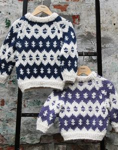 Strikkeopskrift Islandsk sweater børn Baby Boy Knitting Patterns, Fair Isle Knitting Patterns, Knitting For Kids, Baby Patterns, Knitted Baby Cardigan, Knit Baby Sweaters, Boys Sweaters, Nordic Sweater, Cross Stitch For Kids