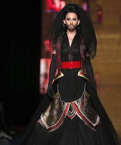 Jean Paul Gaultier, Haute Couture: http://blog.rtve.es/moda/2015/03/edurne-y-conchita-wurst-la-diva-que-sali%C3%B3-de-eurovisi%C3%B3n.html