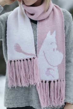 Moomintroll scarf knitted with Moomin x Novita Muumitalo yarn. Novita Muumitalo yarn is one of the three products in the Moomin x Novita family. The colours are inspired by Tove Jansson's classic Moomin books. Knitting Stitches, Knitting Patterns, Crochet Patterns, Little My Moomin, Moomin Books, I Need U, Dk Weight Yarn, Knitting Accessories, Wool Scarf
