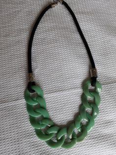 de71c92f7 Colar com elos de resina na cor verde e corda preta. acabamento em níquel.