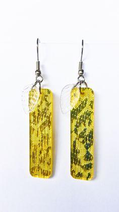 http://www.tibadesign.com Boucles d'oreilles plaque jaune et fleur transparente