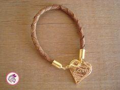 Pulseira em Couro com pingente Coração dourado. A pulseira mede 21 cm e possui fecho. R$ 32,00