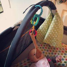 Bringe einen Holzlöffel an einer Spielmatte an, um das Zahnen etwas erträglicher zu machen. | 23 einfache Lifehacks, die alle Eltern von kleinen Kindern kennen müssen