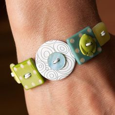 button bracelet, could try making them out of polymer clay Diy Buttons, Vintage Buttons, Beaded Jewelry, Handmade Jewelry, Metal Jewelry, Jewlery, Jewelry Necklaces, Bracelet Organizer, Polymer Clay Bracelet