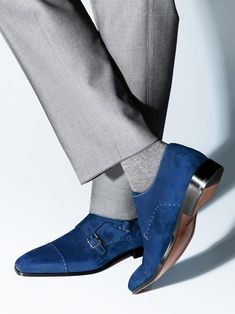 The extravagant Doppelmonks of Magnanni are definitely real eye-catcher. The blue suede is set by the silver seams especially in the spotlight.