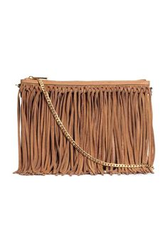 Suede-fringed shoulder bag: Shoulder bag in grained imitation leather with real suede fringes, a metal chain shoulder strap, zip at the top and one zipped inner compartment. Lined. Size 19.5x27.5 cm.