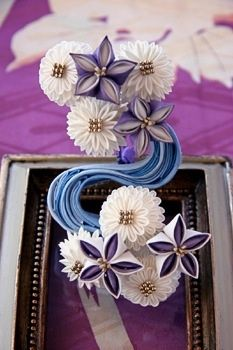 """I made the """"Ryuusui(running water)"""" and balloon flowers kanzashi. """"Ryuusui"""" is a traditional motif of Japan. This kanzashi looks biggish on this photo. Ryuusui and balloon flowers kanzashi Paper Flowers Craft, Quilling Paper Craft, Flower Crafts, Fabric Flowers, Ribbon Art, Ribbon Crafts, Japan Crafts, Kanzashi Tutorial, Balloon Flowers"""