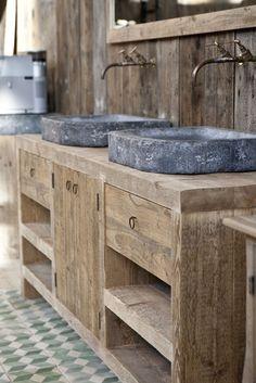 Wastafel van sloophout met dubbele stenen kommen. Ook mooi in het toilet. Industrial and rustic washtable.
