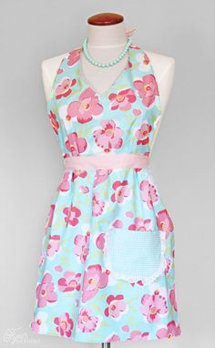 Free apron pattern- perfect for beginners. great beginner sewing tutorial.