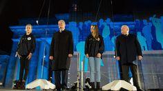 Berlins Regierender Bürgermeister Klaus Wowereit (SPD) sagte am Brandenburger Tor, die Deutschen seien noch immer stolz und glücklich, dass die Mauer vor 25 Jahren niedergerissen worden sei. Mit dabei waren auch Bundespräsident Joachim Gauck (2. v.l.), Polens Ex-Präsident Lech Walesa (4. v.l.) ...