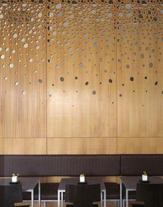 Holzwand mit Spiegeln