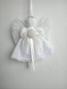 Serie portafortuna, merletti e filati Angel Ornament, June PearlBirthstone Series, Lace and Yarn Angel Ornament, June PearlSérie Birthstone dentelle et fil Angel par timelesstraditionAlthough our family hang these pretty angels on the Christmas tree Angel Crafts, Christmas Projects, Holiday Crafts, Christmas Crafts, Christmas Decorations, Christmas Angel Ornaments, Navidad Diy, Diy Weihnachten, Handmade Christmas