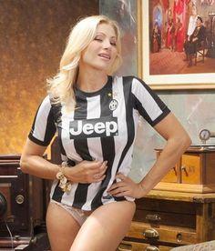 32 Smokin Hot Reasons Why You Should Support Italian Football League Giants Juventus Italian Football League, Hot Football Fans, Football Ticket, Football Girls, Soccer Fans, Soccer Girls, Sport Treiben, Sport Girl, Sixpack Women