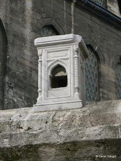 burada istanbul var: İstanbul'daki Kuş Evleri ve Kuş Sebilleri-Yeni Cami Muvakkithanesi Yanındaki Duvar  Üstüne Konulmuş Kuş Evi