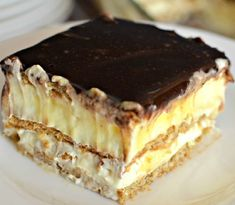 This easy graham cracker eclair cake recipe an easy, no bake dessert that's sure to impress the family every time! Make this ASAP and see! Eclair Cake Recipes, Cookie Recipes, Eclair Recipe, Chocolate Eclair Cake, Romanian Desserts, Hungarian Recipes, Sweet Tarts, Eclairs, Food Cakes