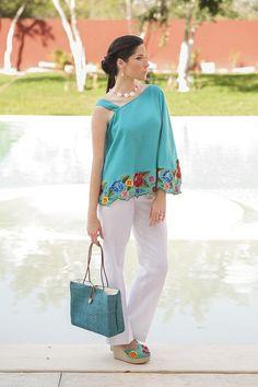 Capa bordada de lino, color turquesa, con pantalon de lino blanco, zapatos de lino, tacon corrido, con bordado de flores matizadas.  www.esenciamaya.com