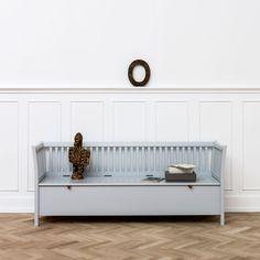 Este banco con arcón tamaño XL es una pieza de altísima calidad con un diseño atemporal que usarás durante muchos años. Este mueble es una de las mejores inversiones para tu casa. Mientras los niños son pequeños es perfecto como banco para sentarse y baú