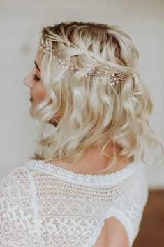Boho tiara, обруч для волос с цветами из мелкого жемчуга - Püppi - Brautschmuck, Braut Haarschmuck und Brautaccessoires für die Hochzeit - Prichesok Bride Hairstyles For Long Hair, New Bridal Hairstyle, Braided Hairstyles, Wedding Hairstyles For Short Hair, Bride Short Hair, Hairstyle Braid, Braid Hair, Hairstyle Ideas, Short Hair Bridesmaid Hairstyles