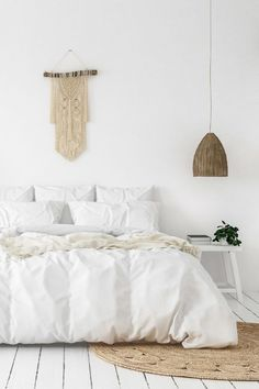 White Calming Bedroom - 10 Quick Basic Tips To Good Bedroom Feng Shui: Beautiful white calming bedroom styled using some of the Fend Shui principles. There are some simple things you can change in your bedroom according to Feng Shui to make your room more harmonious and relaxing. And the tips are really simple to do! @chloedominik Feng Shui Principles, Feng Shui Tips, Feng Shui Bedroom, Clutter Free Home, Night Time Routine, Removable Wall Decals, Custo, Bed Storage, Bedroom Wall