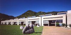 Mario Botta, Szkoła Średnia Morbio Inferiore, Svizzera, 1972-77, białe ściany, pasy okien, geometria, addytywizm brył