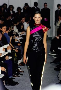 Helmut Lang Fall 1994 Ready-to-Wear Fashion Show - Stella Tennant Anti Fashion, 90s Fashion, Fashion Show, Fashion Brands, Balenciaga Dress, Stella Tennant, Recycled Fashion, Helmut Lang, Supermodels