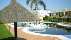 Panorámica de una de las piscinas de la urbanización. Un oasis de relax en plena costa gaditana.