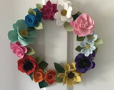 Felt flowers ideas and inspiration for your home, decor, fashion, and so much more. Great for gift ideas for women and girls of all ages. Felt Flower Wreaths, Felt Wreath, Diy Wreath, Felt Flowers, Diy Flowers, Fabric Flowers, Paper Flowers, Floral Wreath, Crafts To Do