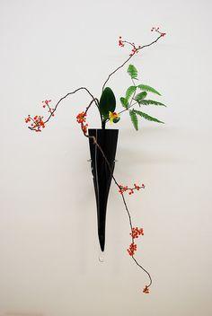 Ikebana Ikenobo in a hanging basket by Otomodachi, via Flickr