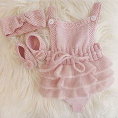 Knitting baby romper sweets ideas for 2019 Baby Knitting Patterns, Knitting For Kids, Knitting Designs, Baby Patterns, Knitted Baby Clothes, Crochet Clothes, Baby Knits, Baby Outfits, Kids Outfits