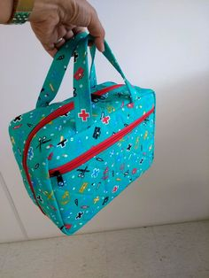 Bolsa para enfermagem no Elo7 | Dona Cotinha Ateliê (C8B9E8) Sewing Kit, Hand Sewing, Bag Patterns To Sew, Sewing Patterns, Quick Makeup, Laptop Bag, Cross Stitching, Sewing Projects, Lunch Box