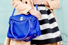 Vestido de rayas blanco y negro Crimenes de la Moda - Sheinside Striped dress - bolso azul Karen Millen blue bag - abrigo camel coat