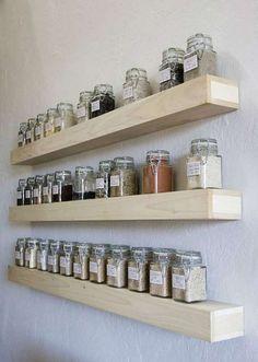 Etagères à fixation invisible pour ranger les épices.  16 Idées déco et gain de place avec des étagères murales à fixation invisible