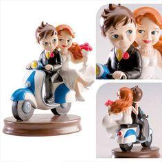 Kaketopp til bryllup - Moped   En utrolig forseggjort kaketopp til bryllup Fine detaljer på både brudgom og brud, for ikke å snakke om mopeden. Hei hvor det går  avsted til bryllupsreisen kanskje, eller av sted til den nye fremtiden som mann og kone! Kaketoppen til bryllup måler 15cm i høyden, og er ca. like bred.   #Kaketopper Mr Mrs, Shoe Rack, Marie, Clay, Biscuit, Pastel, Weddings, Ideas, Valentines Day Weddings