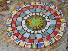 Mosaic for a little round garden table Mosaic Diy, Mosaic Garden, Mosaic Crafts, Mosaic Projects, Mosaic Wall, Mosaic Glass, Mosaic Tiles, Glass Art, Mosaic Coffee Table