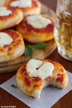 Pizzette con impasto da rosticceria Calzone, Pane, Eggs, Breakfast, Food, Morning Coffee, Eten, Egg, Meals