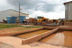 Uma das maneiras de reutilizar o recurso hídrico é na lavagem de máquinas e veículos no canteiro de