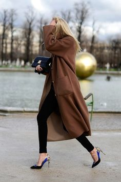 long brown coat, skinny black jeans & contract pumps #style #fashion #streetstyle