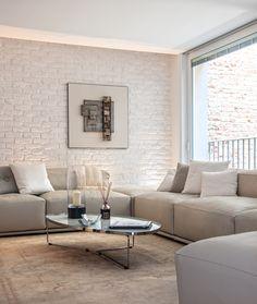 BRANDO concept open space living soggiorno muro mattoni bianco bricks wall white minimal design modern style parete tv boiserie divano pelle chiaro moderno lineare