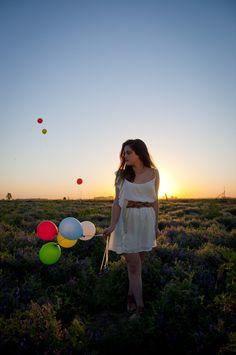 Señorita con globos en medio del campo. 95