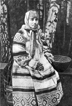 Woman in festive costume Tambov Province.  Photos of 1900s. Russia. Женщина в праздничном костюме Тамбовской губернии. Фото 1900-х гг.