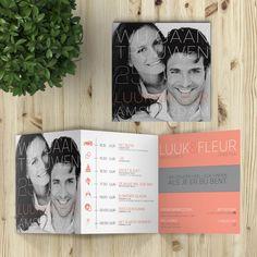 Über moderne trouwkaart, door de uitbundige, typografische stijl bovenop de foto, de trendy tijdlijn/programma, en de sprekende kleurvlakken.
