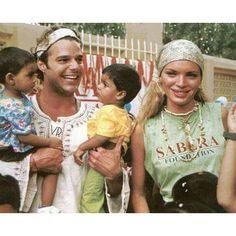 El cantante puertorriqueño @ricky_martin y la Top Model española Esther Cañadas en la Fundación Sabera en La India. Amigos solidarios que nunca han dudado en aportar su granito de arena para hacer el bien a quienes más lo necesitan.