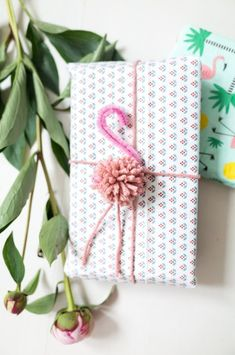DIY pompom flamingo gift wrap topper perfect for kids birthday presents Creative Gift Wrapping, Present Wrapping, Creative Gifts, Cute Gift Wrapping Ideas, Japanese Gift Wrapping, Baby Gift Wrapping, Diy Wrapping Paper, Birthday Gift Wrapping, Birthday Presents